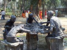 Escultura representando el trabajo en equipo